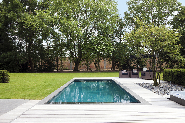 Zwembad geintegreerd in terras met natuursteen en hout