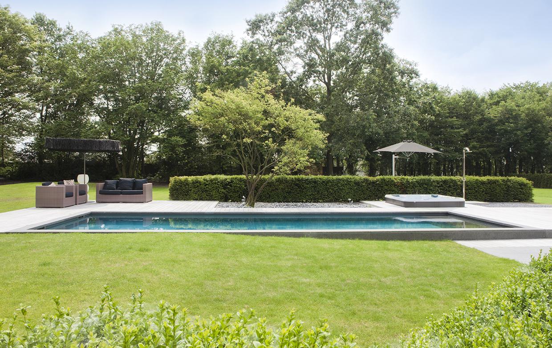 Zwembad geintegreerd in terras met natuursteen en hout realisaties natural pools - Zwembad terras hout photo ...