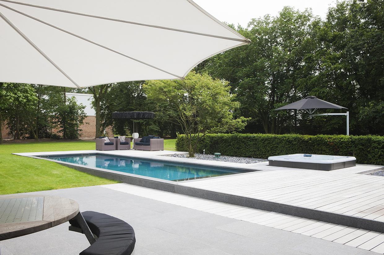 Zwembad geintegreerd in terras met natuursteen en hout realisaties natural pools - Terras met zwembad ...